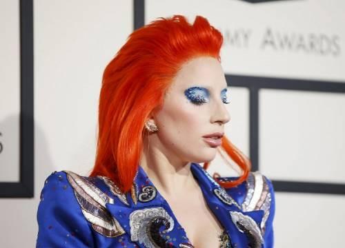 Lady Gaga: capelli rosso fuoco per i Grammy 2016. Foto 6