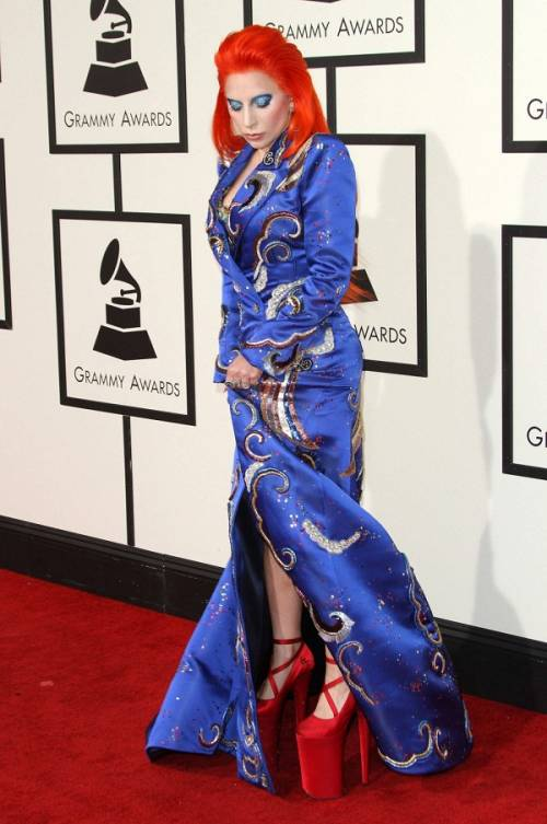 Lady Gaga: capelli rosso fuoco per i Grammy 2016. Foto 5