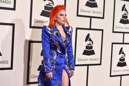 Lady Gaga: capelli rosso fuoco per i Grammy 2016. Foto 9