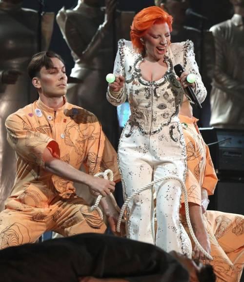 Lady Gaga: capelli rosso fuoco per i Grammy 2016. Foto 11