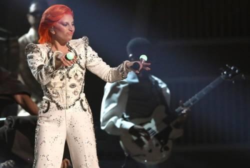 Lady Gaga: capelli rosso fuoco per i Grammy 2016. Foto 14
