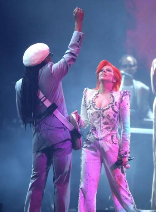 Lady Gaga: capelli rosso fuoco per i Grammy 2016. Foto 16
