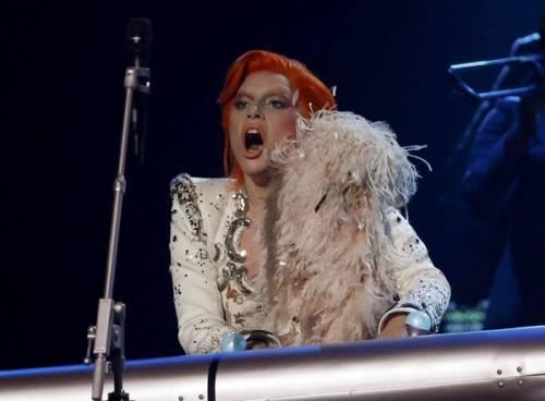 Lady Gaga: capelli rosso fuoco per i Grammy 2016. Foto 15