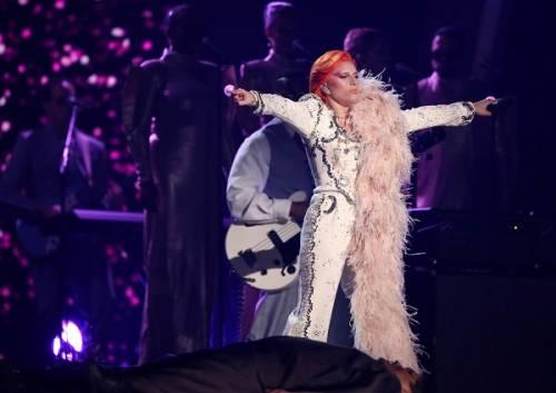 Lady Gaga: capelli rosso fuoco per i Grammy 2016. Foto 12