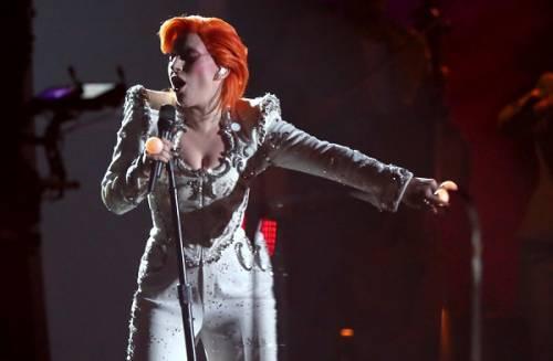 Lady Gaga: capelli rosso fuoco per i Grammy 2016. Foto 18