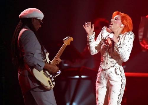 Lady Gaga: capelli rosso fuoco per i Grammy 2016. Foto 20