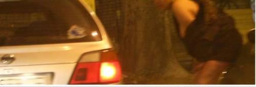 Prostituta si spoglia in strada  e così manda il traffico in tilt