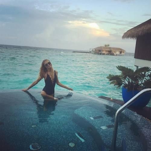 Paris Hilton, compleanno sexy su un'isola da sogno: foto