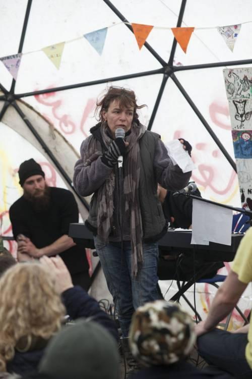 Migranti, Jude Law visita campo profughi a Calais 2