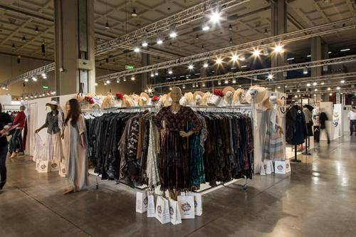 Prêt-à-porter con il fashion italiano e quello internazionale in primo  piano fra nuove tendenze e anticipazioni delle collezioni moda donna per  l autunno e ... d851462a9ec