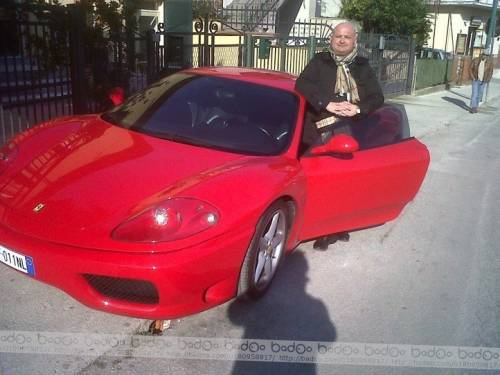 Ecco chi è l'uomo in Ferrari che fa i milioni con i profughi