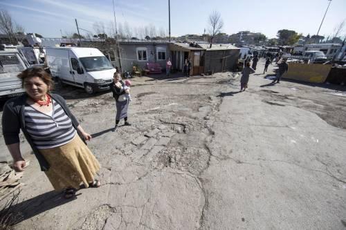 """Salvini fra le baracche dei rom: """"Da incivili vivere in un campo"""" 10"""