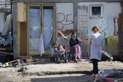 """Salvini fra le baracche dei rom: """"Da incivili vivere in un campo"""" 12"""
