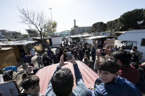"""Salvini fra le baracche dei rom: """"Da incivili vivere in un campo"""" 15"""