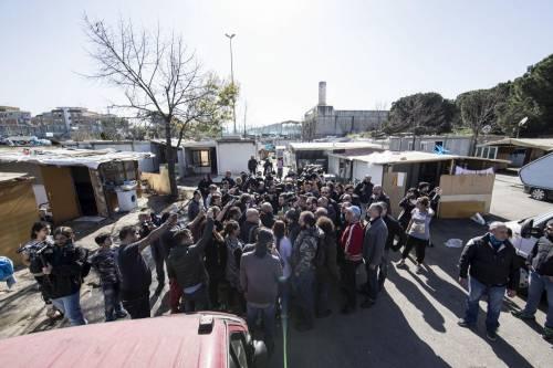"""Salvini fra le baracche dei rom: """"Da incivili vivere in un campo"""" 14"""