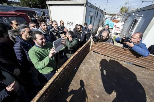 """Salvini fra le baracche dei rom: """"Da incivili vivere in un campo"""" 17"""