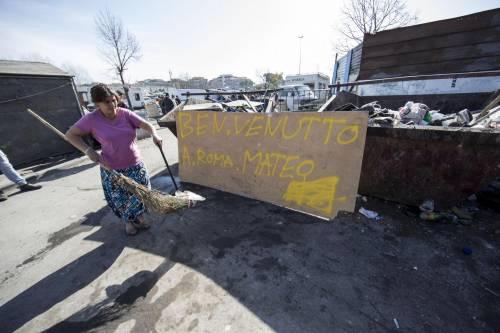 """Salvini fra le baracche dei rom: """"Da incivili vivere in un campo"""" 18"""