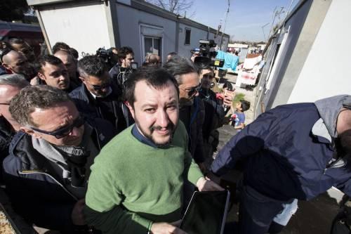 """Salvini fra le baracche dei rom: """"Da incivili vivere in un campo"""" 20"""