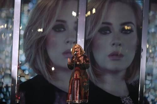 Adele, la regina dei Brit Awards 2016: foto 15