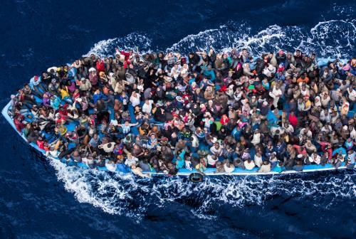 Il piano Ue per bloccare i migranti: blocco navale davanti alla Libia