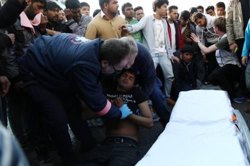 Atene, migranti provano a impiccarsi in centro 4