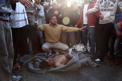 Atene, migranti provano a impiccarsi in centro 3