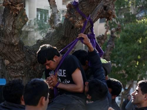 Atene, migranti provano a impiccarsi in centro 7
