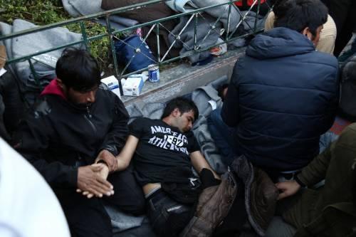 Atene, migranti provano a impiccarsi in centro 6