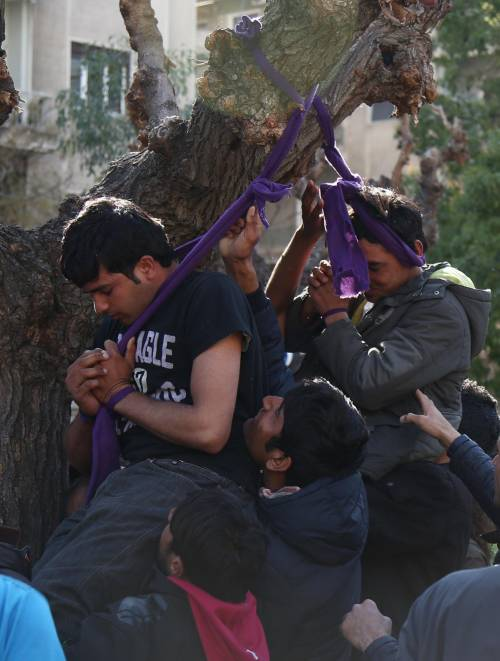 Atene, migranti provano a impiccarsi in centro 8