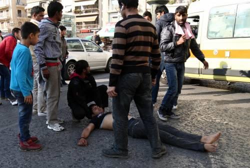 Atene, migranti provano a impiccarsi in centro 9