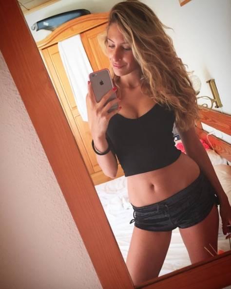 Valentina Allegri, selfie sexy per i fan 12
