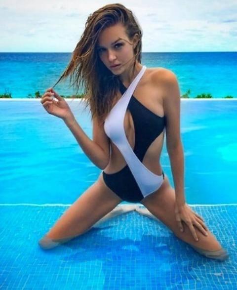 Josephine Skriver, modella sexy nata in provetta 2