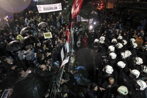 Turchia, scontri dopo il sequestro del quotidiano 3