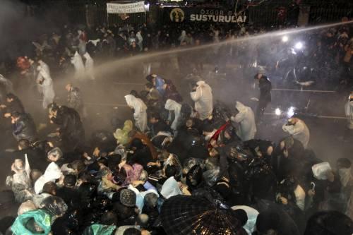 Turchia, scontri dopo il sequestro del quotidiano 8