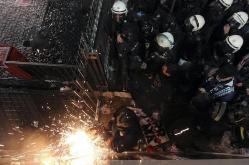 Turchia, scontri dopo il sequestro del quotidiano 11
