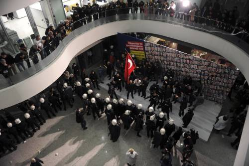 Turchia, scontri dopo il sequestro del quotidiano 12
