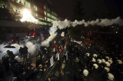 Turchia, scontri dopo il sequestro del quotidiano 14