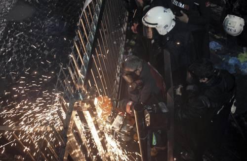 Turchia, scontri dopo il sequestro del quotidiano 13