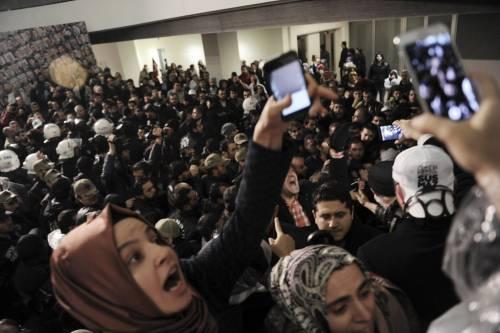 Turchia, scontri dopo il sequestro del quotidiano 15