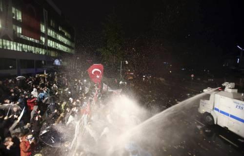Turchia, scontri dopo il sequestro del quotidiano 18