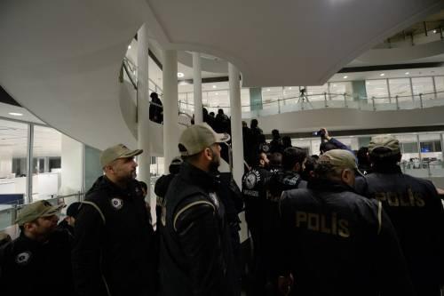 Turchia, scontri dopo il sequestro del quotidiano 19