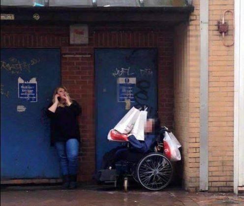 Usa disabile come carrello: la foto che indigna il web