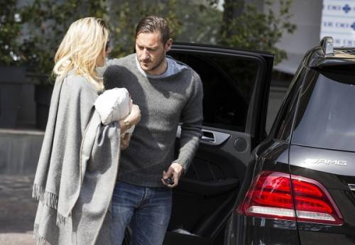 Francesco Totti e Ilary Blasi, primi scatti con la piccola Isabel: foto 8