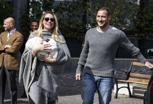 Francesco Totti e Ilary Blasi, primi scatti con la piccola Isabel: foto 13