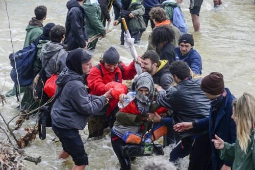 I migranti guadano il fiume tra Grecia e Macedonia 3