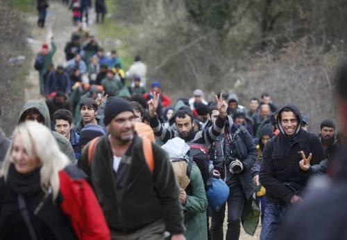 I migranti guadano il fiume tra Grecia e Macedonia 5