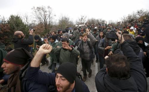 I migranti guadano il fiume tra Grecia e Macedonia 6