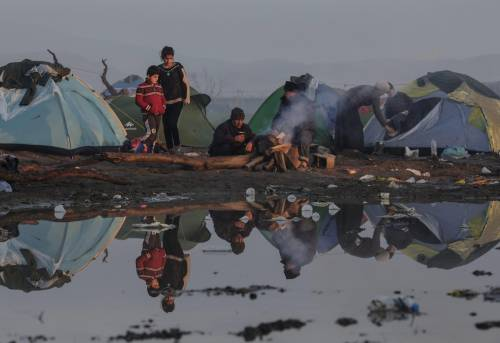 I migranti guadano il fiume tra Grecia e Macedonia 10