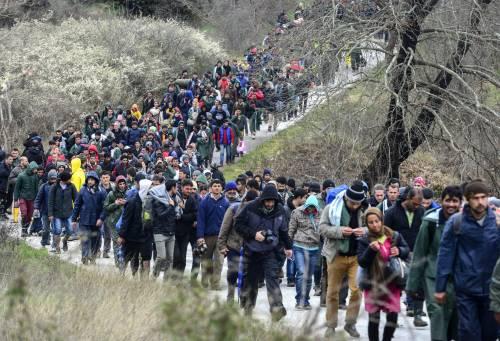 I migranti guadano il fiume tra Grecia e Macedonia 9