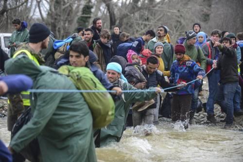 I migranti guadano il fiume tra Grecia e Macedonia 8